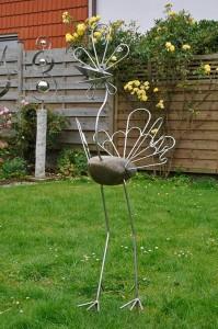 Ein Vogel, hier ein Pfau, aus Stein und Stahl