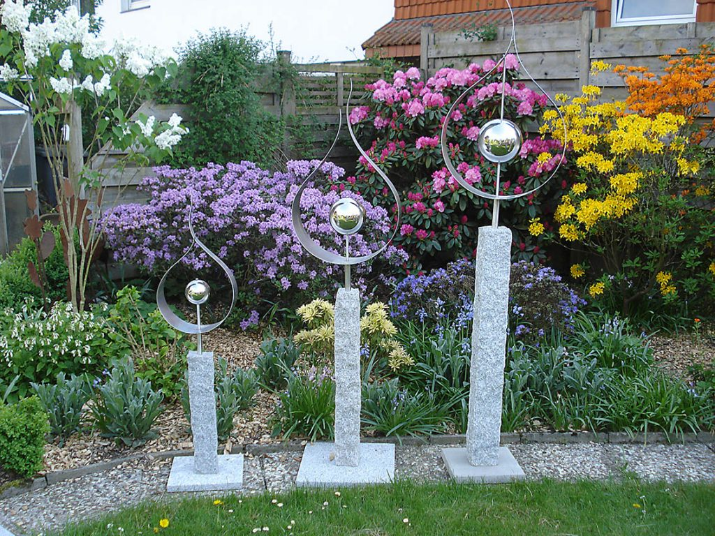 Garten-Kunst-Objekte: Das Flammende Herz gibt es in den Größen 2,10 Meter (sollte eingebraben werden), 1,70 Meter (auf Granitplatte) und 1,20 Meter (auf Granitplatte).