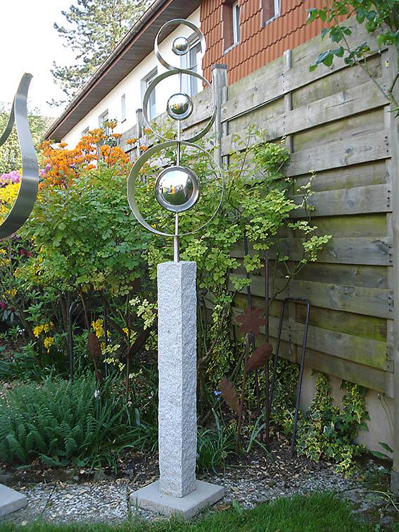 Garten-Kunst-Objekte: Die Planetenringe sind 2,10 Meter hoch. Die Platte sollte 20 Zentimeter tief eingegraben werden.