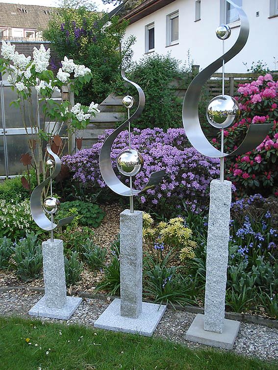 Garten-Kunst-Objekte: Das Objekt Schwung nach Noten gibt es in den Größen 2,20 Meter (sollte eingegraben werden), 1,80 Meter (auf Granitplatte) sowie 1,25 Meter (auf Granitplatte).