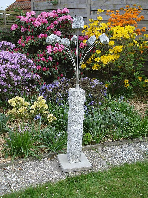 Garten-Kunst-Objekte: Die Steinblume hat eine Gesamtgröße von 1,40 Meter. Wahlweise gibt es das Objekt mit Steinplatte (zum Eingraben) oder mit Granitplatte (zum Hinstellen).