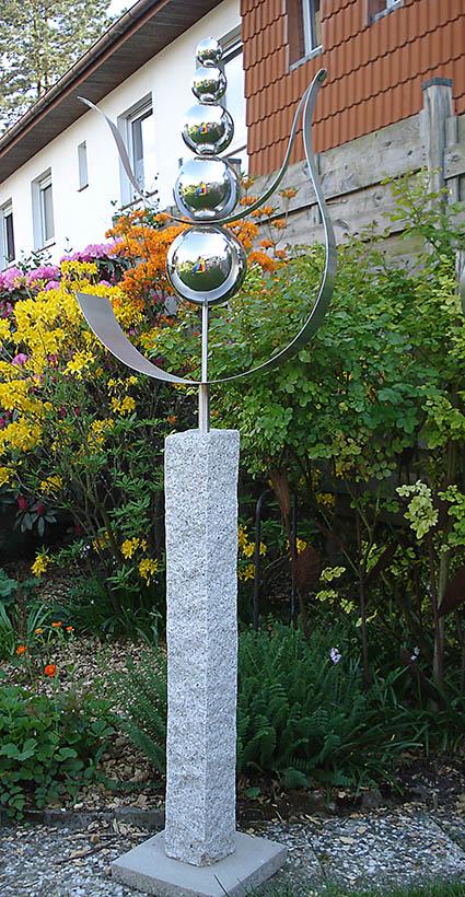 Garten-Kunst-Objekte: Die Tulpe hat eine Gesamtgröße von 1,90 Meter. Sie sollte 20 Zentimeter tief eingegraben werden.