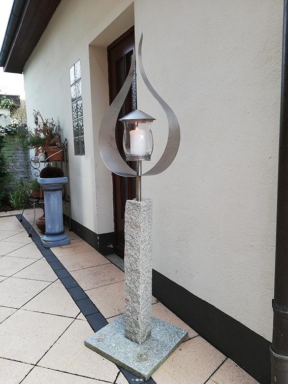 Garten Kunst Objekt: Flamme mit Kerze