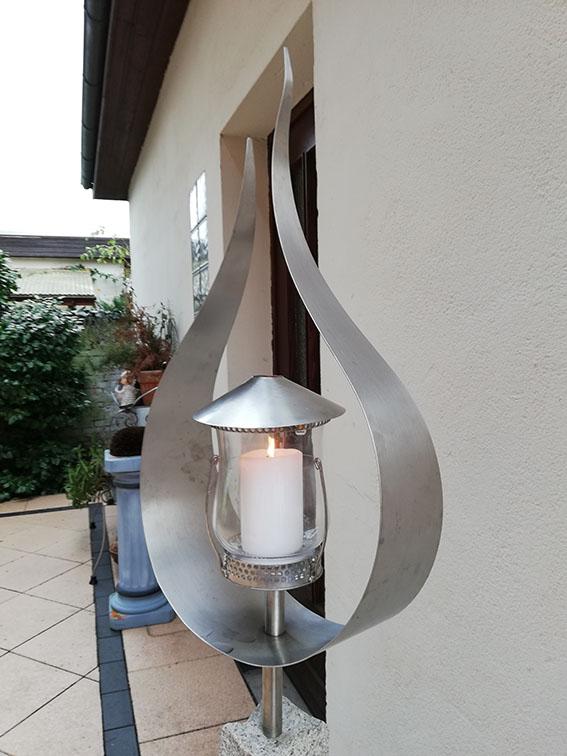 Garten Kunst Objekte: Flamme mit Kerze